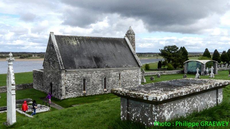 CLONMACNOISE : grand centre monastique détruit par les Anglais